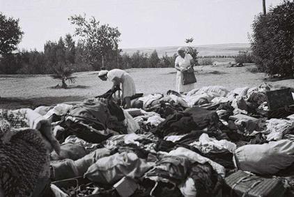 Les habitants du kibbouts Dorot cherchant leurs affaires après le passage des Britanniques - 03 avril 1946