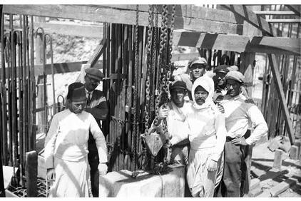 Ouvriers juifs et arabes côté à côté sur le chantier de construction du YMCA de Jérusalem - Photo 05 avril 1928